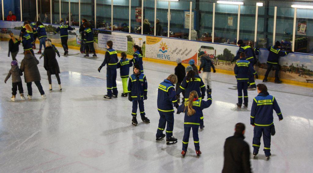 Hand in Hand auf dem Eis
